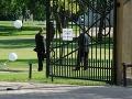 Príslušníci súkromnej bezpečnostnej služby pri bráne do areálu kaštieľa