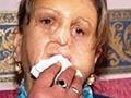 Zmrzačená žena žiada tvár zomierajúceho dievčaťa!