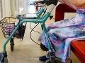 Sestričky pchali bezvládnym pacientom do hrdla zvratky