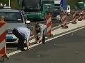 Chaos na diaľnici: Eurá pršali z neba, vodiči boli ako zmyslov zbavení