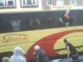 Pravicovým extrémistom sa pokazil autobus, napadli ich Ázijci!