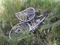 Cyklista (†33) vbehol do výkopu na ceste, zomrel v nemocnici