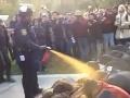 Poburujúce VIDEO: Na demonštrujúcich študentov použili slzný sprej!