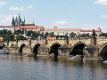 Nemci posprejovali Karlov most: 100-tisícová pokuta pre každého a vyhostenie z krajiny