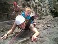 Šialená matka: Dcérku (2) vláči po skalách bez helmy!