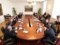 Zástupcovia politických strán za okrúhlym stolom