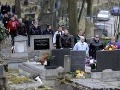 Hráči tímu veteránov hokejového klubu Lokomotiv Jaroslavľ spomínajú na hráča Pavla Demitru pri jeho hrobe v Trenčíne