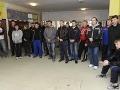 Hráči tímu veteránov hokejového klubu Lokomotiv Jaroslavľ spomínajú na hráča Pavla Demitru počas prehliadky Základnej školy s materskou školou Pavla Demitru v Dubnici