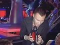 Leoš Mareš porovnáva výšku podpätku so svojím mobilným telefónom.