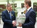 Robert Fico a Peter Žiga si podávajú ruky po oficiálnom uvedení na rezort