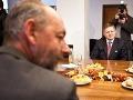 Prvým ministrom, ktorého Robert Fico uviedol do úradu, bol Tomáš Malatinský. Kvetinová výzdoba a sladké pečivo na stole mohli byť dôvodom premiérovho úsmevu.