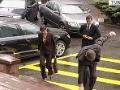 Vysoké tempo, ktoré si Fico určil pri obiehaní rezortov, sa mu takmer vypomstilo. Na schodoch pred vstupom na ministerstvo dopravy, ktorému šéfuje Ján Počiatek, sa takmer natiahol v plnej kráse. Našťastie situáciu ustál a s úsmevom na perách napokon bez ďalšieho zaváhania vybehol po schodoch.