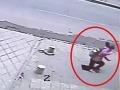 Pod dievčaťom sa prepadol chodník, skončilo v 6-metrovej diere!