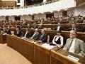 Poslanci sa v parlamente pomodlili, prišiel aj liberál a členovia Smeru