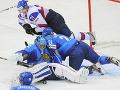 9.máj: Kazašský bránkar Vitali Yeremeyev musel čeliť nátlaku našich hokejistov.