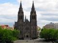 Párik sa zobral v starobylom Kostole sv. Ludmily.