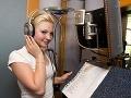 Ivanna Bagová pri nahrávaní vlastnej piesne, ktorú jej zložil Michal David.