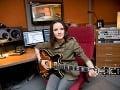 Anna tiež využila, že vie hrať na gitare. To, že ovláda tento nástroj, pravidelne prezentovala  počas celej súťaže.