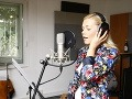 Markéta Pouličková nahráva svoju pieseň Jen jednou.