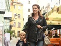 Na otvorenie salónu prišla aj manželka Maroša Kramára Nataša. Spoločnosť jej robil synček.