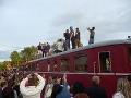 Partia hercov sa vyštverala na vlak, aby na nich všetci videli.
