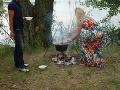 Monika pripravila pre farmárov posedenie v prírode.