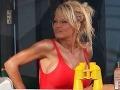 Pamela Anderson ako záchranárka v seriáli Baywatch