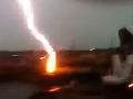 Ohromná rana: Mladík natočil 4 blesky pár metrov od neho!