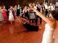 Svadobná lahôdka: Žena sa vrhla po kytici a skočila