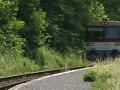 Zrazu sa na zabávača rútil vlak.