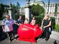 Darček pre Fica: Veľké červené prasiatko na šetrenie dostal od SaS!