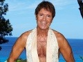 Takmer 72-ročný Cliff Richard sa v novom kalendári blysol obdivuhodným zovňajškom.