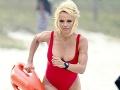 Pamela Anderson v červených plavkách