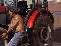 Lukáš Latinák sa tvári, že opravuje traktor.