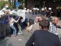Demonštrácia nepomohla, parlament mandát schválil.