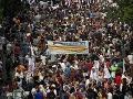Nepokoje v Aténach: Demonštranti hádzali kamene na konvoj a kričali Heil Merkel!