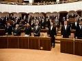 Pobožní poslanci: V parlamente sa pravidelne modlia!