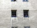 Balíky pre väzňov majú byť odmenou, piercing chcú zakázať