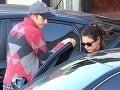 Ashton Kutcher ochotne otvoril a podržal dvere milenke Mile Kunis pri nastupovaní do auta.