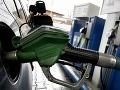 Ceny palív budú do Vianoc klesať: Na liter sa narobíme trikrát viac ako Rakúšania!