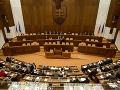 Slovenských politikov si adoptovala tisícka modliacich sa