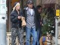 Jennie Garth a Luke Perry trávia spolu čoraz viac času a pôsobia ako zohratý pár.