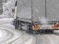 Snehová kalamita v Česku: Cestári uzavreli hlavný ťah z Ostravy na Slovensko