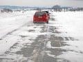 Vodiči, na cestách buďte obzvlášť opatrní: Slovensko potrápia snehové jazyky aj záveje