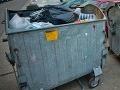 Do kontajnerov v Petržalke niekto nasypal nebezpečný azbest