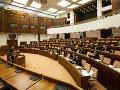 Poslanci prerokovali balíček opozičných zákonov na pomoc mladým