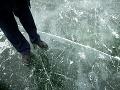 Otec s dvoma synmi sa prerátali: Pokus prekonať zamrznuté jazero sa skončil fatálne