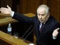 Boj o predsedu parlamentu: Lámali sa kreslá, trhali saká