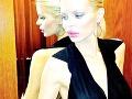 Farebná fotografia ukázala Silviin prsník v celej kráse.