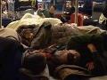 Tisíce pasažierov uviazlo na letiskách: Noc strávili na studenej podlahe